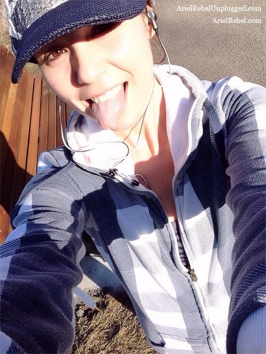 arielrebel_jogging-selfie